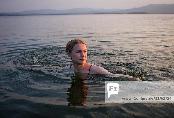 Im Meer schwimmende Frau  Nishnij Tagil  Russland