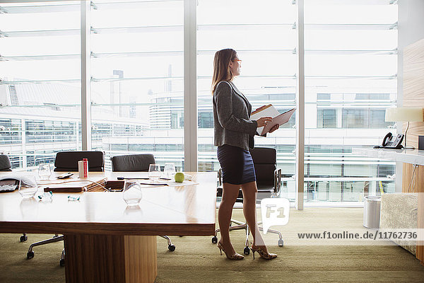 Geschäftsfrau bei der Durchsicht eines Ordners  London  UK