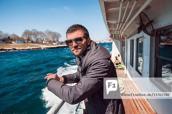 Porträt eines männlichen Touristen auf dem Deck einer Passagierfähre  Beyazit  Türkei