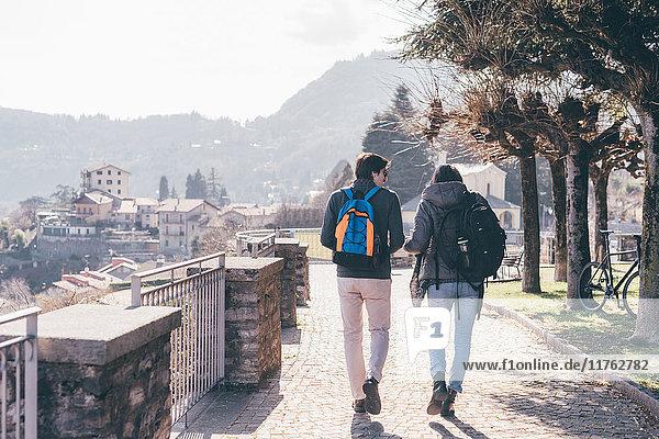 Rückansicht eines Paares beim Spaziergang auf der Terrasse  Monte San Primo  Italien