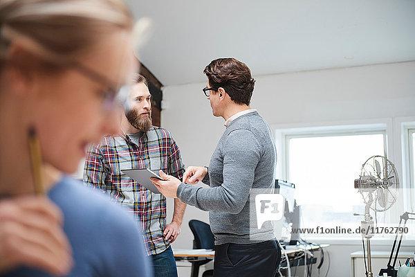 Männliche Designer bei einer Diskussion im Design-Studio