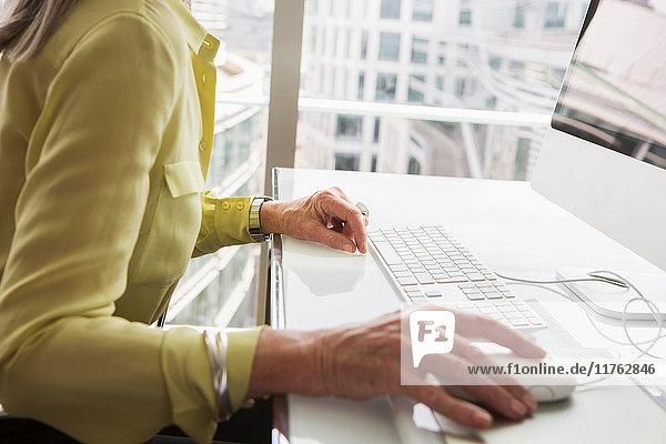 Geschäftsfrau  die am Computer arbeitet Geschäftsfrau, die am Computer arbeitet