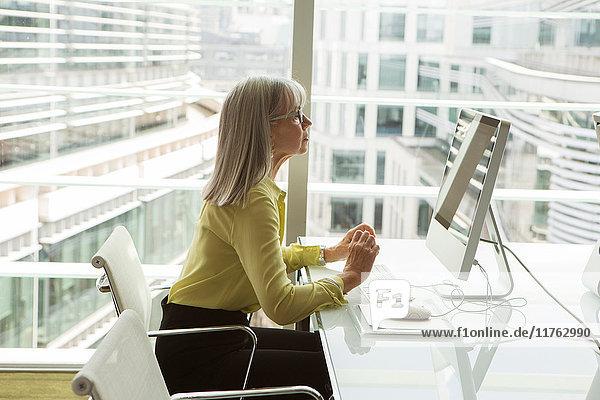 Geschäftsfrau  die am Computer arbeitet  London  UK Geschäftsfrau, die am Computer arbeitet, London, UK