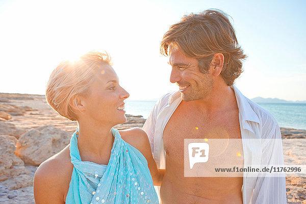 Paar entspannt am Strand