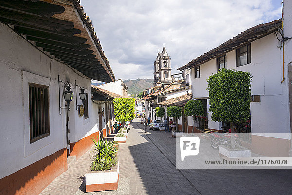 Typical street  in the distance the Parroquia de San Francisco de Assisi  Valle de Bravo  Mexico  North America