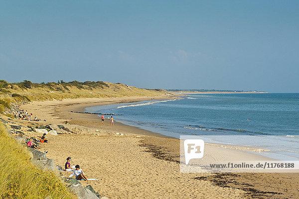 Sandy beach at Plage du Peu des Hommes on the SW coast of the island. La Couarde-sur-Mere  Ile de Re  Charente-Maritime  France  Europe