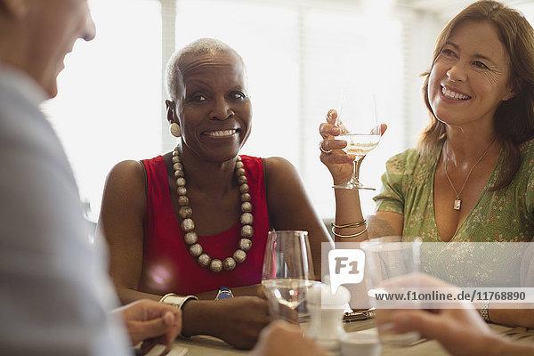 Reife Freunde beim Essen im Restaurant