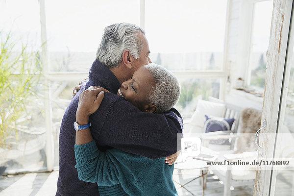 Liebevolles Seniorenpaar auf der Sonnenterrasse