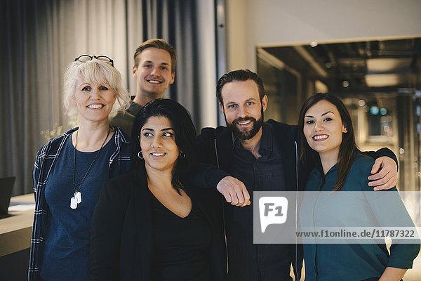 Porträt von selbstbewussten Geschäftsleuten  die im Büro lächeln