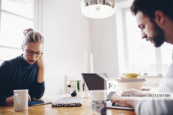 Verbinden Sie Technologien am Esstisch  während Sie von zu Hause aus arbeiten.