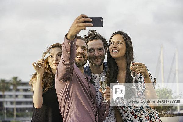 Freunde  die zusammen für Selfie posieren.