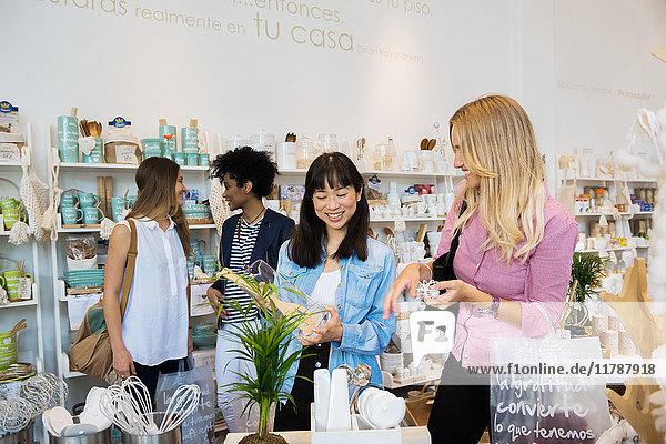 Frauen beim Einkaufen im Baumarkt