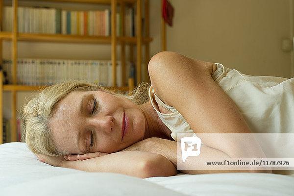 Reife Frau schläft