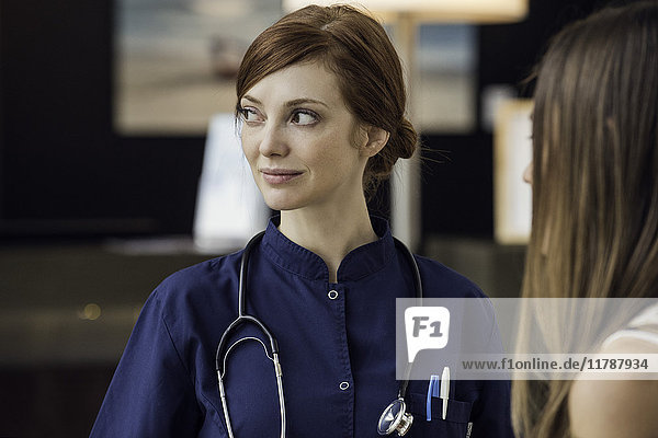 Arzthelferin mit Patientin