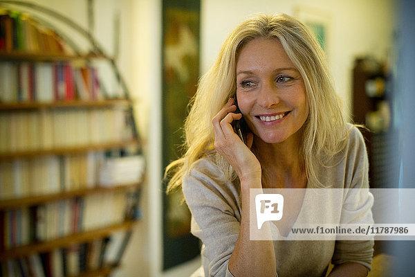 Reife Frau spricht am Handy