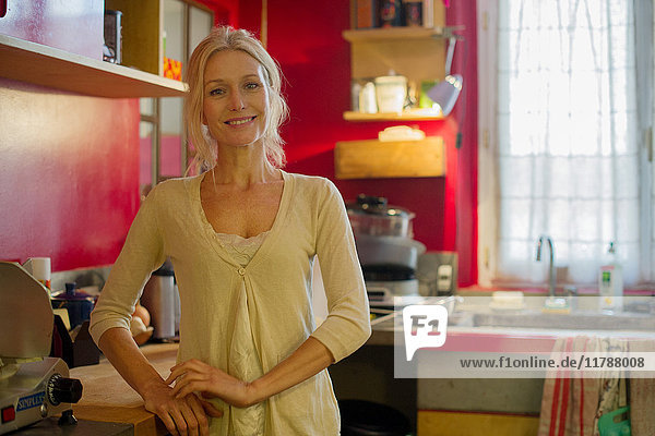 Reife Frau in der Küche  Portrait