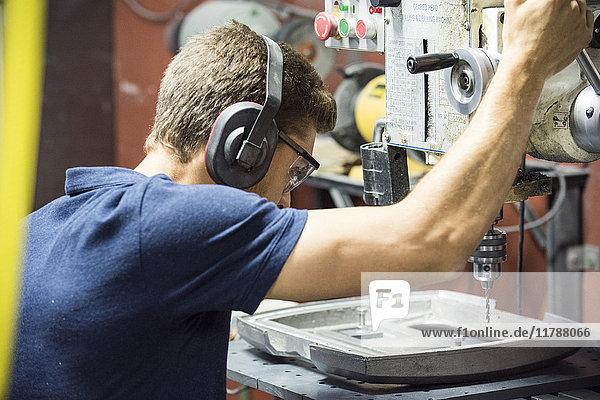 Zerspanungsmechaniker mit Bohrer im Werk