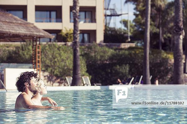 Paar Entspannung im Pool im Luxusresort