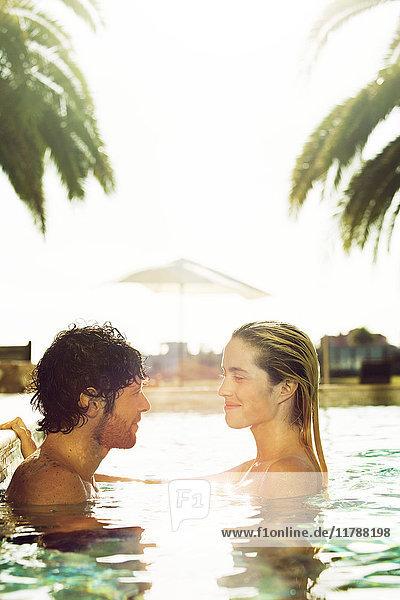 Gemeinsames Entspannen im Resort-Swimmingpool