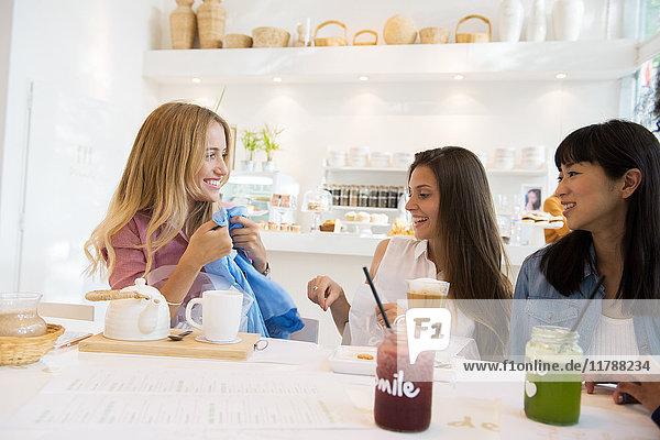 Freunde entspannen sich nach dem gemeinsamen Einkaufen im Cafe
