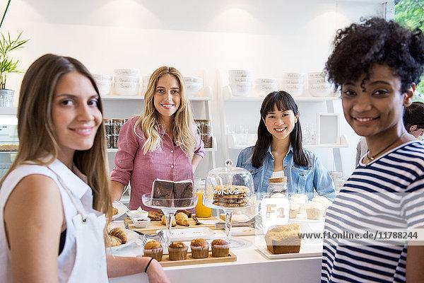 Junge Frauen lächeln in der Bäckerei