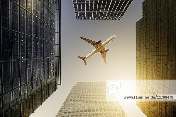 Flugzeug fliegt über Hochhäuser  Reisekonzept