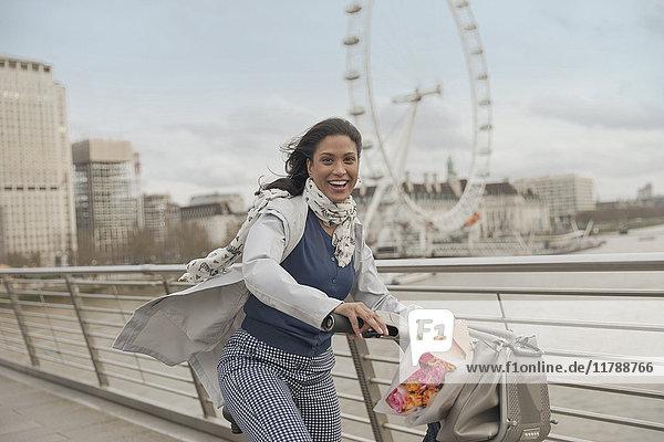 Porträt einer lächelnden Frau auf der Brücke über die Themse bei Millennium Wheel  London  UK