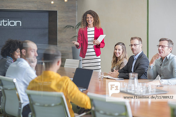 Geschäftsfrau leitet eine Sitzung im Sitzungssaal