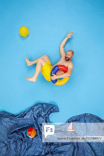 Glücklicher Mann,  der ins Meer springt.