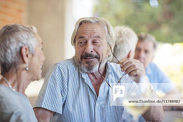 Porträt eines älteren Mannes  der einer älteren Frau zuhört.