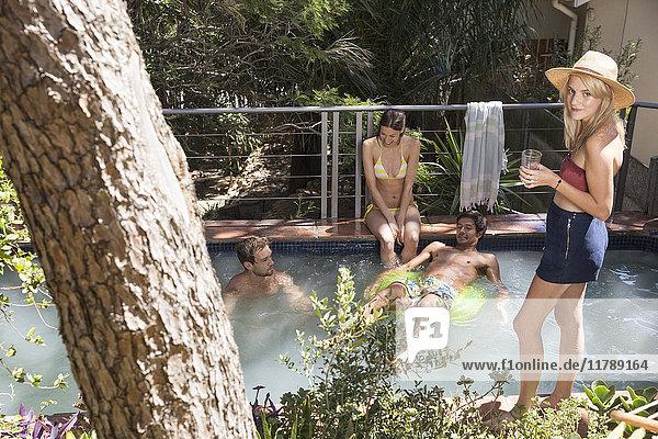 Gruppe von Freunden  die sich am Swimmingpool entspannen