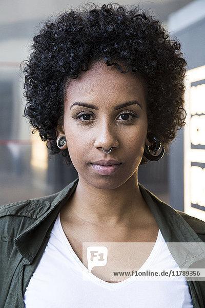 Portrait einer jungen Frau mit Piercings