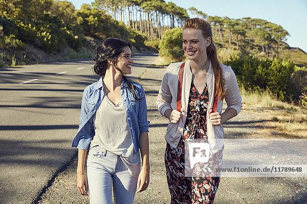 Südafrika  Kapstadt  Signal Hill  zwei lächelnde junge Frauen auf einer Reise