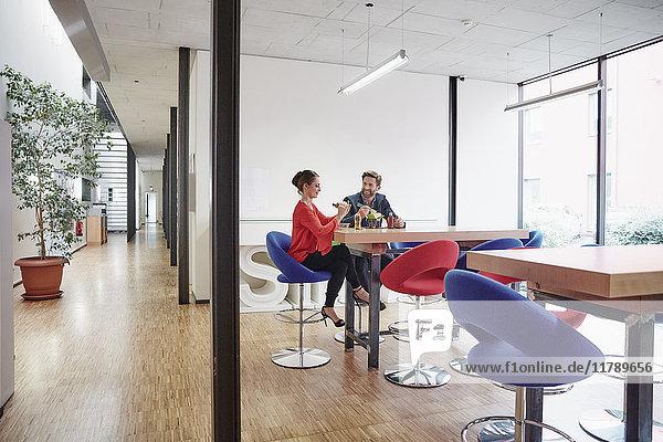 Mann und Frau bei der Mittagspause im Büro