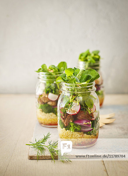 Einmachglas Buchweizensalat mit Gemüse und gewürfeltem Striploin-Steak