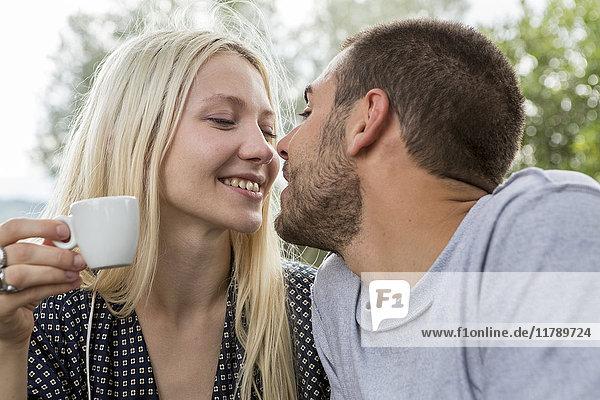 Verliebtes Paar am Morgen küssen