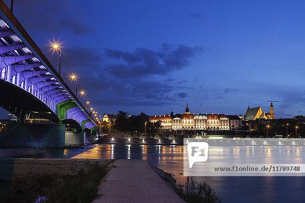 Polen  Warschau  Stadt bei Nacht  Altstadtskyline mit Königsschloss und Weichselbrücke