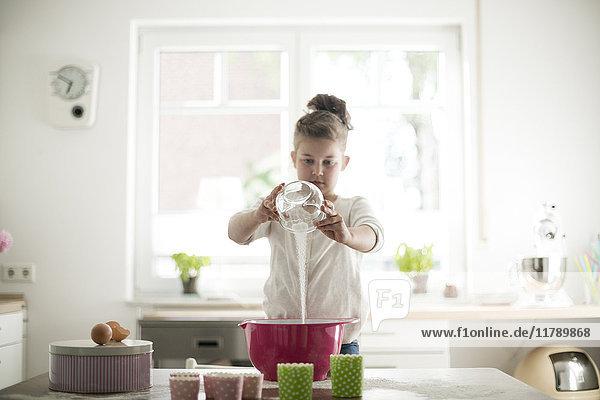 Kleines Mädchen beim Backen in der Küche