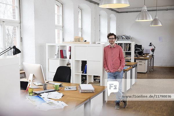 Porträt eines selbstbewussten Mannes im Amt