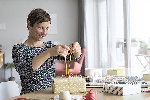 Frau verpackt Geschenke