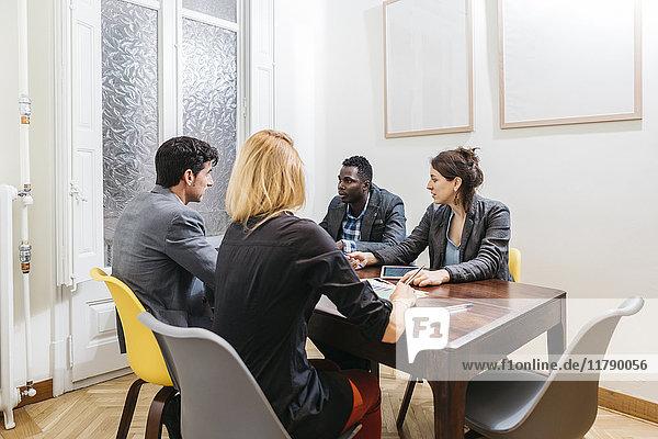 Junge Geschäftsleute bei einer Besprechung im Sitzungssaal