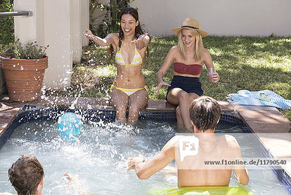 Gruppe von Freunden  die Spaß im Schwimmbad haben
