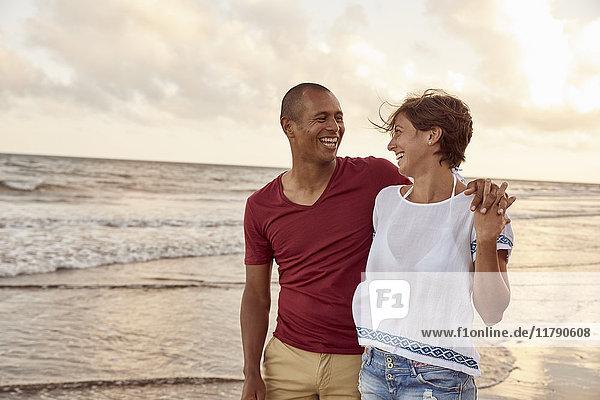 Verliebtes Paar von Angesicht zu Angesicht am Strand