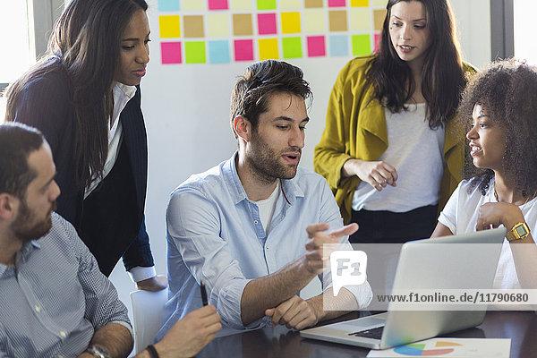 Geschäftsleute teilen Laptop im Büro