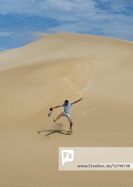 Australien  Port Lincoln  Mann  der die Sanddüne hinunterläuft.