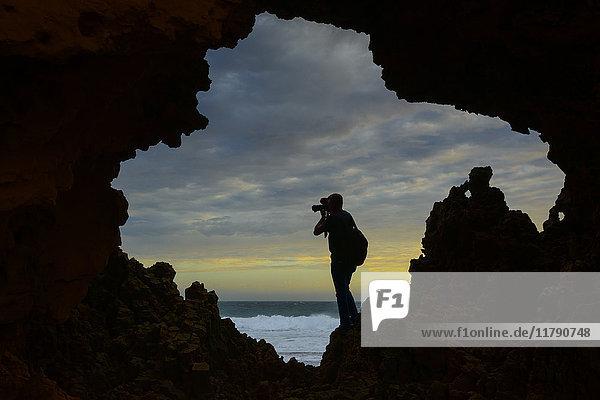 Australien  Port Lincoln  Fotograf beim Fotografieren an der Küste