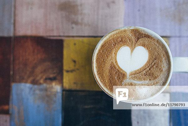 Tasse Kaffee mit Milchschaum, Nahaufnahme