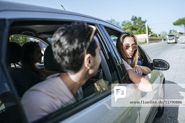 Freunde im Auto von außen gesehen