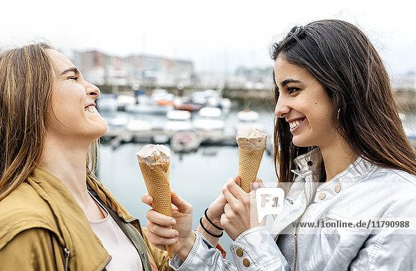 Zwei junge Frauen  die sich mit Eis amüsieren