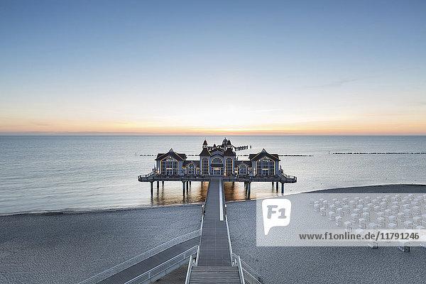 Deutschland  Rügen  Sellin  Blick auf die Seebrücke bei Sonnenaufgang